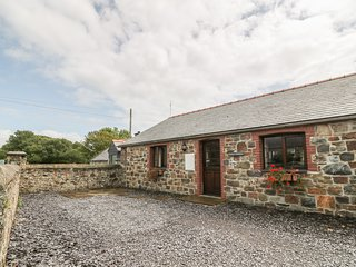 NYTH Y WENNOL, single-storey barn conversion, off road parking, pet-friendly
