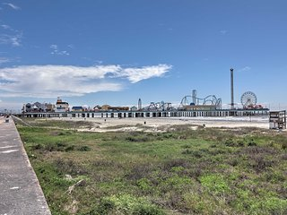 Galveston Apt, 1-Block Walk to Beach & Pier!
