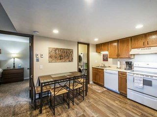 * FREE SKI RENTAL* Updated Top Floor, 43' Smart HDTV, New Washer & Dryer, Firepl
