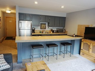Downtown Condo - Hot Tub & Walk to Everything