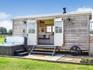 Shepherds Hut, Avon Farm Estate, Hot Tub - Sleeps 2, Saltford, hot tub, dog frie