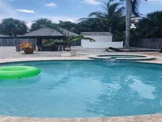 Walk to Siesta Key Beach, Pool/Spa/Tiki Bar, WiFi, Close to Village Shops, Laund