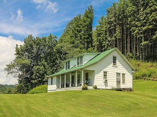 COUNTRY CLASSIC-Farmhouse &180 Acres On River - Book A Fall Vacation Today!