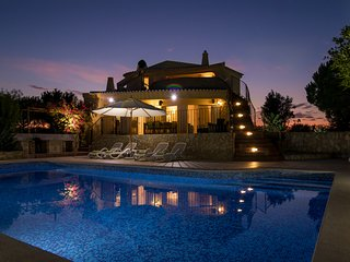 Stunning villa with private pool, large garden- Professionally cleaned
