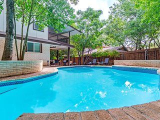 6 Bedrooms, 3 Bathrooms, Sleeps 16 in Heart of San Antonio with Pool - Beautiful