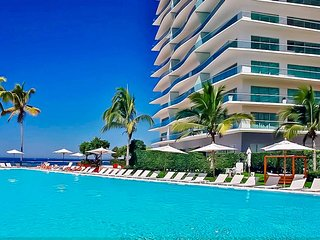 Beautiful apartment with private beach / Hermoso apartamento con playa privada