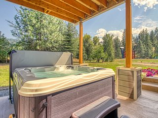 Luxury home w/ private hot tub, mountain views  - close to downtown!