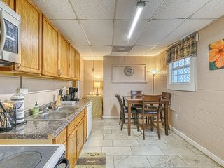 Dog-friendly urban retreat near Forsyth Park with furnished patio!
