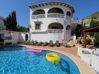 5 bedroom Villa with Pool, Air Con, WiFi and Walk to Shops - 5345588