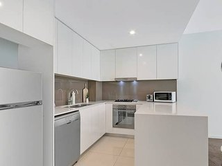 Wolli Creek Kozy 3BED APT + FreeParking NWC009