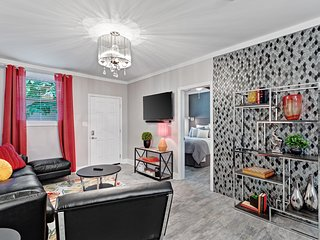 Upscale renovated condo w/ outdoor space, free WiFi - dogs welcome!