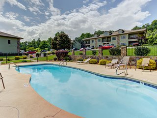 Comfortable condo w/ community pool & gas fireplace - minutes from lake access!