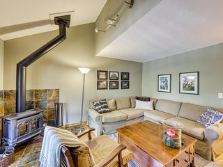 Charming townhouse w/mountain views, balcony & private laundry