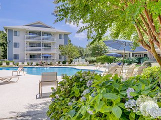 Spacious condo w/ shared pool and tennis court, balcony & beach access!
