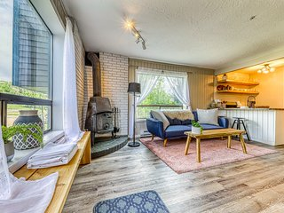 NEW LISTING! Newly updated, dog-friendly condo w/ kitchenette - ski-in/ski-out!