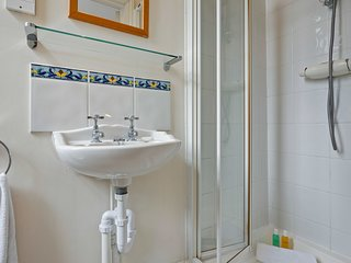 Bright and comfy 2 bed 2 bath in Earl's Court