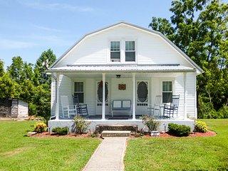 125-Acre 'Grandma's Farm House' w/ Fire Pit!