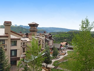 NEW LISTING! Ski-in/out condo w/ shared pool, hot tubs, gym &private balcony