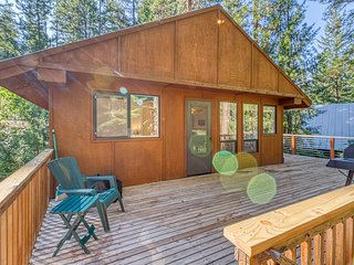 Dog-friendly woodland cabin w/ deck & private game room - walk to the river