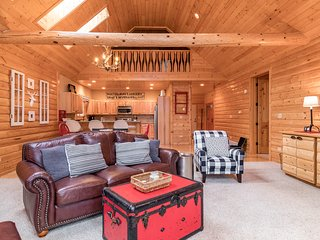 Gorgeous dog-friendly home w/ a full kitchen, outdoor fire pit with lake view