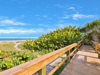 NEW LISTING! Beachside condo w/ patio & full kitchen - close to the beach