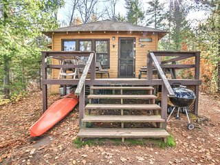 Charming cabin w/ a full kitchen, deck, outdoor firepit, & lake access!