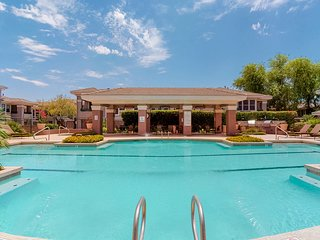NEW LISTING Beautiful, dog-friendly condo with shared pool, hot tub & fitness