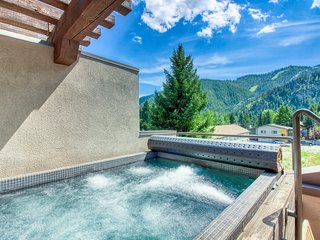 Beautiful penthouse in downtown Ketchum w/ private hot tub & amazing views!