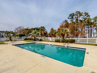 NEW LISTING! Golf course view condo w/ shared pool/hot tub & balcony- near beach