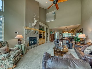 Beautiful dog-friendly townhouse w/ private hot tub and shared resort amenities!