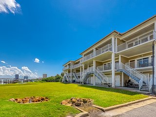 Lovely bayfront townhome w/Gulf views & four furnished balconies