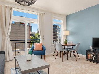 Beautifully designed studio w/ a shared pool, hot tub, gym, & rooftop patio!