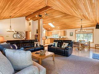 Spacious Sunriver home with large deck, private hot tub, bikes and SHARC passes!