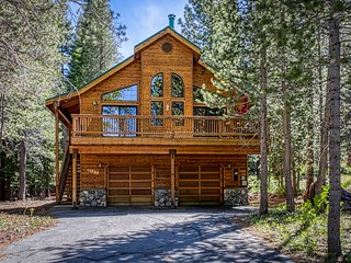 NEW LISTING! Gorgeous family cabin w/shared pool, hot tub & private pool table!