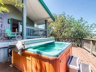 Large home w/ great view, hot tub, wrap-around deck & pool table - walk to lifts