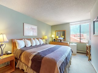 King room with shared hot tub & mtn. views- walk to ski lifts