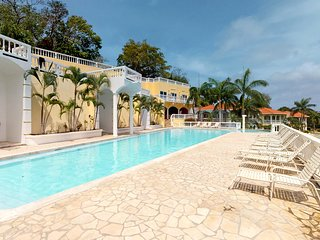 Rental in gated community w/ shared pool; perfect for couples! Walk to the beach