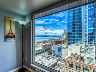 Boho chic condo with a jetted tub and fireplace, walk to Pike Place Market!