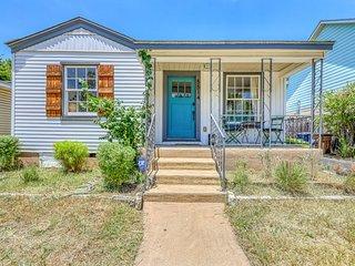 Darling home w/ back deck & front porch - walk to restaurants!
