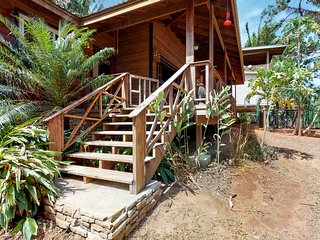 Family-friendly mountain cabana w/covered deck, close to town & beach