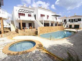 Casa Maeve modern 2 bedroom apartment in centre of Burgau, walk to everywhere !