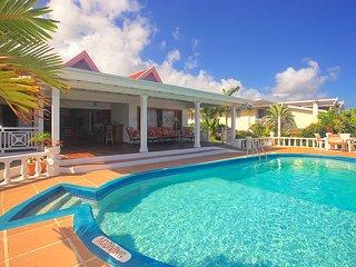 Kayaks, Seaview, 3 Min Walk to Beach, Pool, Cook/Housekeeping, 8 Beds, 4 Bdrms