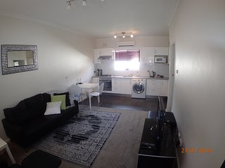 Stylish North Adelaide apartment, walk to the Oval