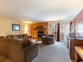 Downtown Chalet-Close to Main St w/ Pool & Hot Tub