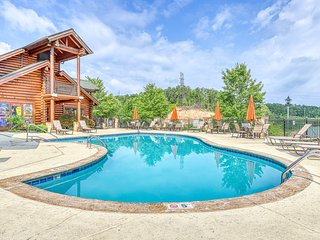 Comfortable condo w/ a gas fireplace & shared pool directly on golf course!
