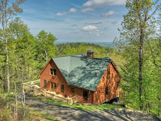 Mountainside Lodge a luxury cabin can sleep 12 w/amazing view & all the extras