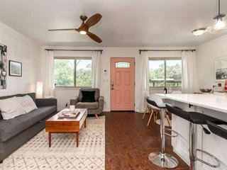 1st-Responders Stylish- Pet Friendly Condo in Travis Heights. Free WiFi, Communa