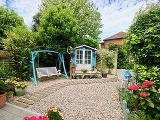 Pebbles - A pretty friendly holiday cottage in Deal, Kent, sleeping 4 people