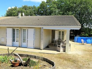 Soulac-sur-Mer Holiday Home Sleeps 8 with Pool and Free WiFi - 5715119