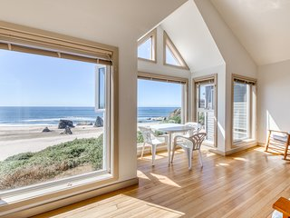 Beachfront condo w/ amazing ocean view & beach access - dogs OK!